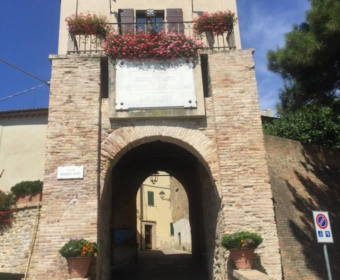 Fiorenzuola di Focara: patrimonio storico e natura incontaminata